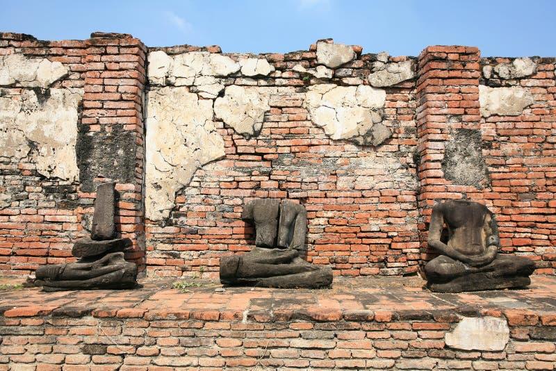 förstörda statyer för buddha huvudprydnad royaltyfria bilder