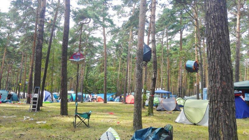 Förstörda tält på festivalen arkivfoton