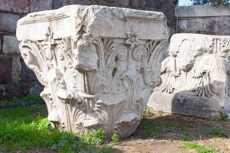 Förstörda vita forntida kolonndetaljer i Smyrna royaltyfri foto