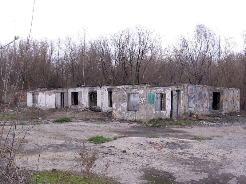Förstörde fundamentet av byggnaden av den övergav onödiga byggnaden för den industriella grunden royaltyfri fotografi