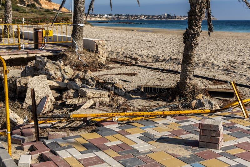 Förstörelse av sidopromenaden efter översvämning royaltyfria foton