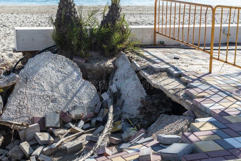 Förstörelse av sidopromenaden efter översvämning royaltyfri bild