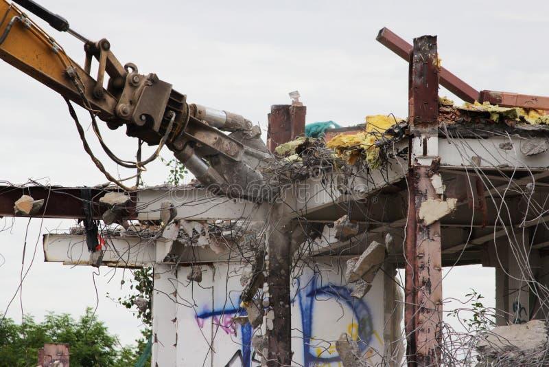 förstörelse demonterar industriellt mekaniskt Demontering av byggnaden med hjälpen av tung hydraulisk sax fotografering för bildbyråer