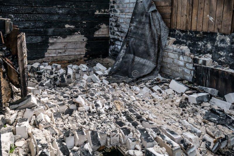Förstörelse efter en brand i huset royaltyfri foto