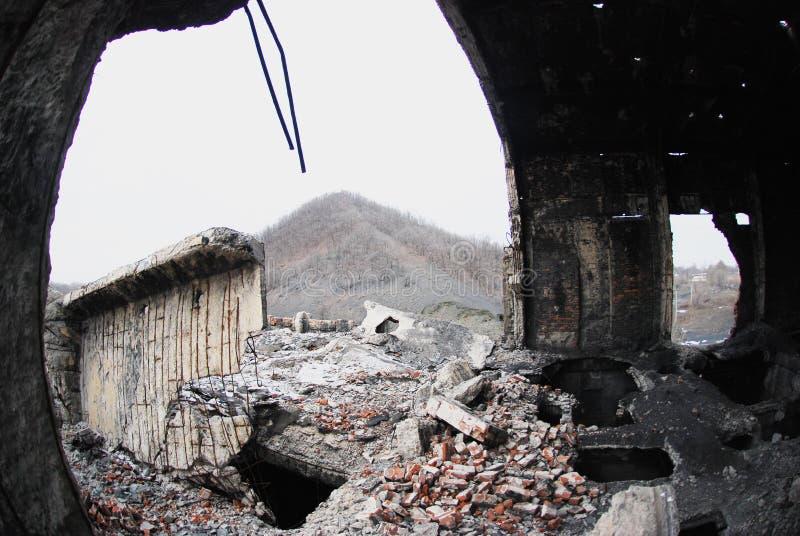 Förstörelsebyggnad i berg royaltyfria foton