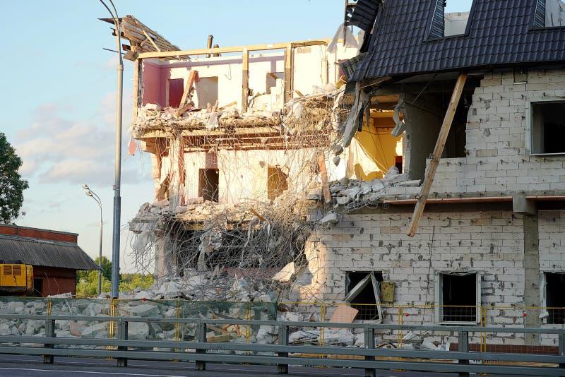 Förstörelsen av envåning byggnad Golven och väggarna förstörs, monteringar, konkreta kvarter, trädelningar klibbar arkivbilder