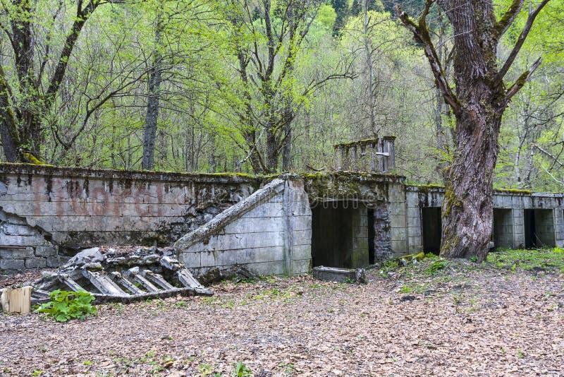 Förstört garage i Abchazien royaltyfri bild