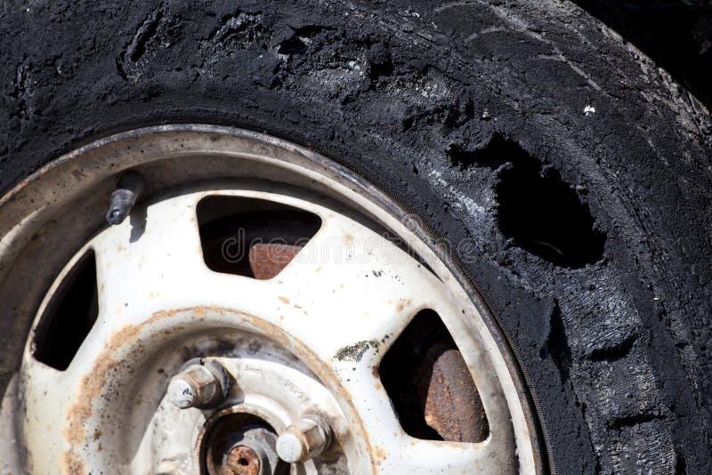förstört gummihjul royaltyfria foton