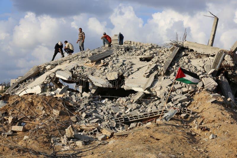 Förstört hus i Al Zana, Gaza arkivfoton