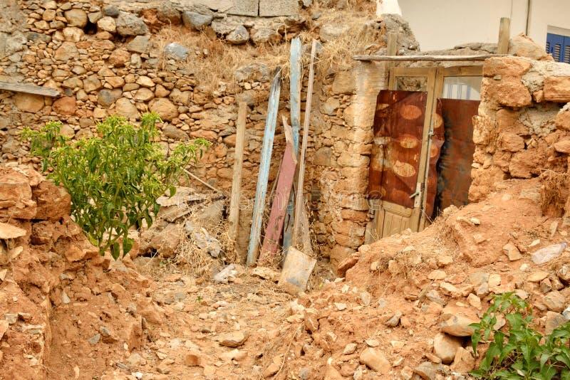 Förstört hus i den gamla delen av Malia arkivfoto