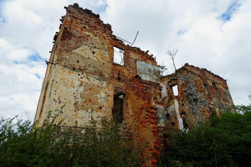 Förstört hus i museum för öppen luft av det kroatiska kriget av självständighet i Karlovac, Kroatien arkivfoto