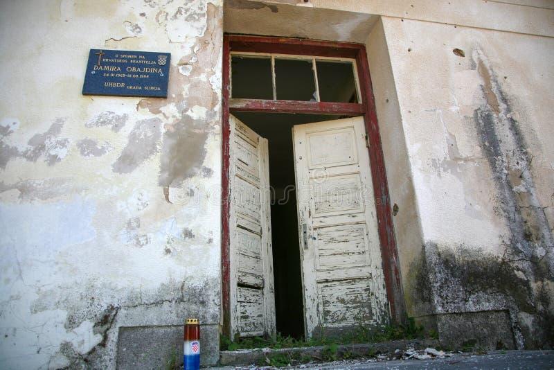 Förstört hus som krigefterdyning. arkivfoton
