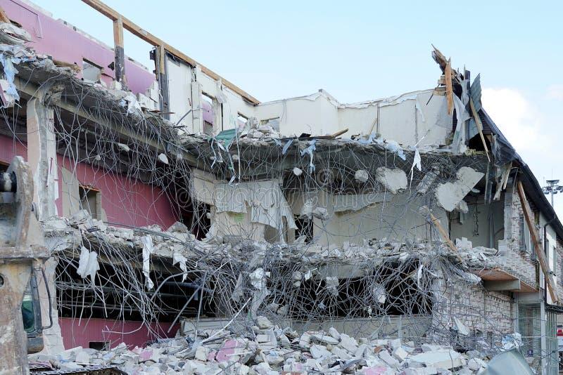 Förstört lägenhethus Liggande armatur, konkreta brutna golv och tak Demontering av huskonstruktionen royaltyfri bild