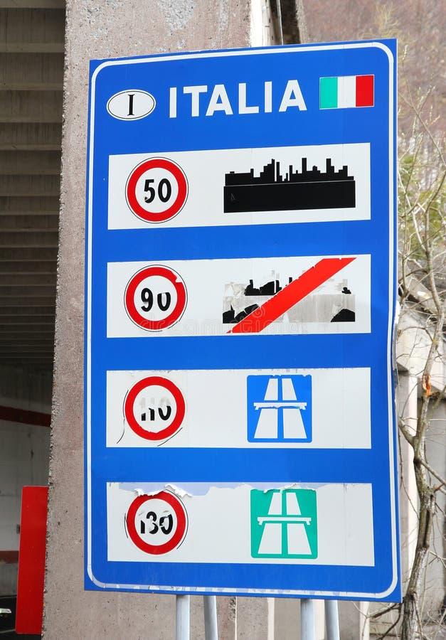 Förstört vägmärke i en italiensk gräns arkivbild
