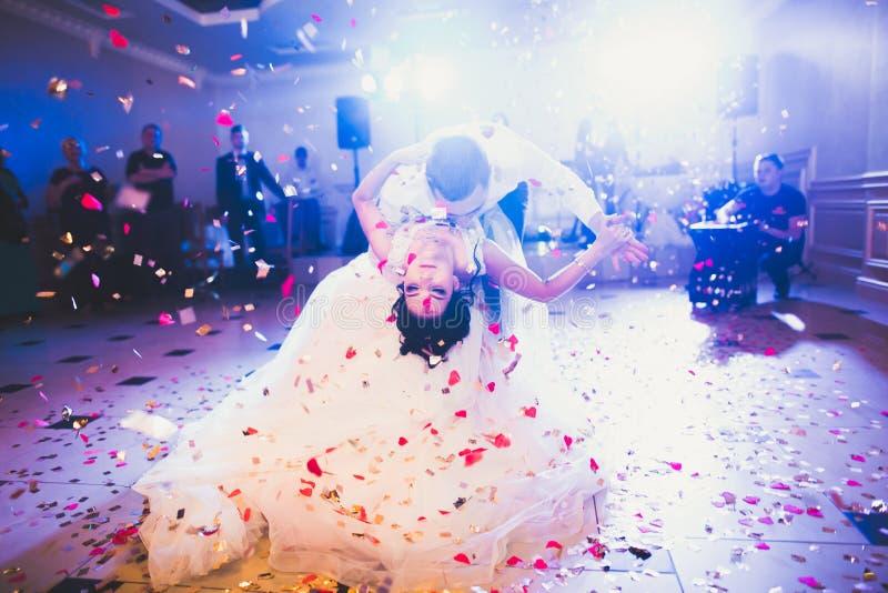 Första bröllopdans av nygift personpar i restaurang royaltyfri fotografi