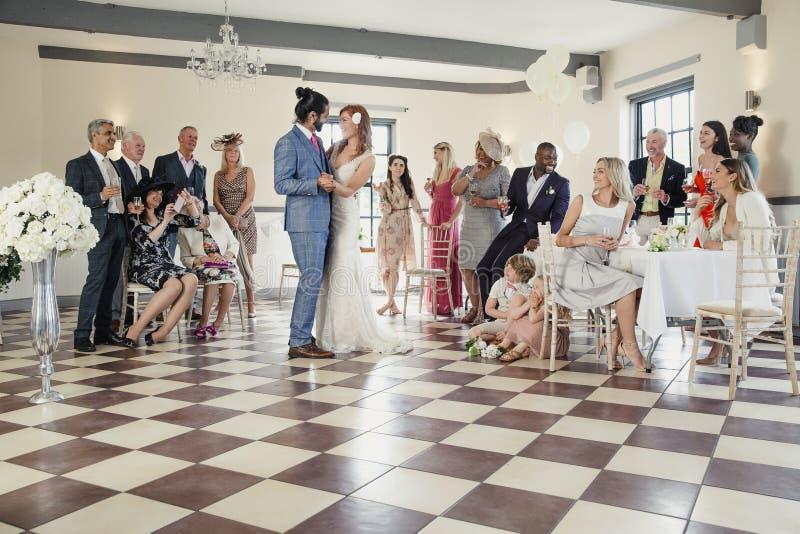 Första dans på vårt bröllop arkivbilder