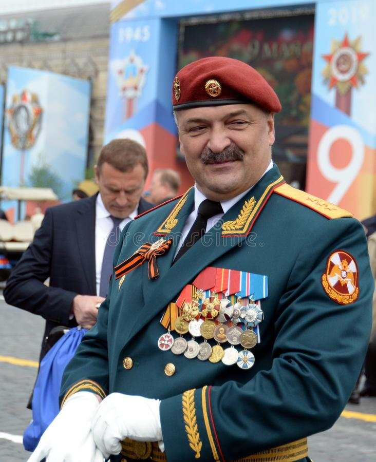 Första ersättare Director av den federala servicen av den nationella vakten soldat-Överste-allmänna Sergei Melikov på röd fyrkant royaltyfria bilder