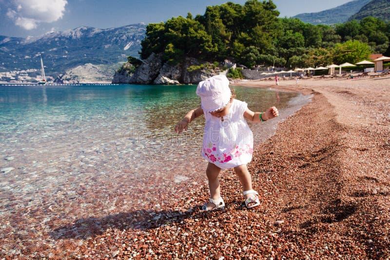Första gång för liten flicka på stranden royaltyfria foton