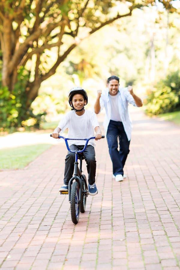 Första gång för pojkecykel royaltyfria bilder