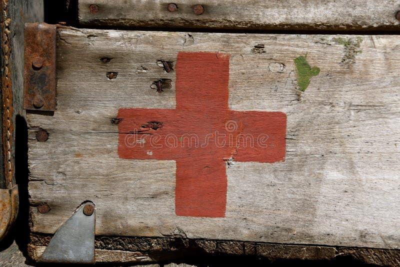 Första hjälpenask med Röda korsetlogo arkivfoton