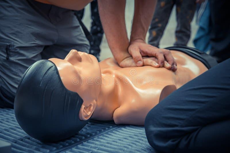 första hjälpenutbildning med attrappen, hjärtamassage arkivfoto