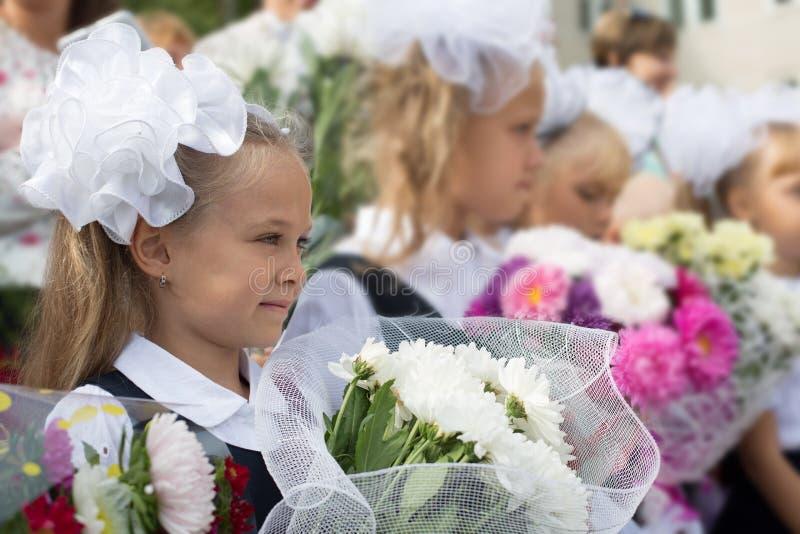 Första-kvalitet flickor i den första dagen av skolan royaltyfria foton
