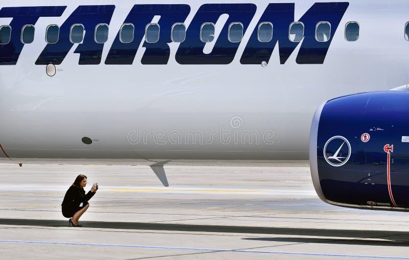 Första landning för Tarom flygplan i den Otopeni flygplatsen, vattenstrålar för invigning fotografering för bildbyråer