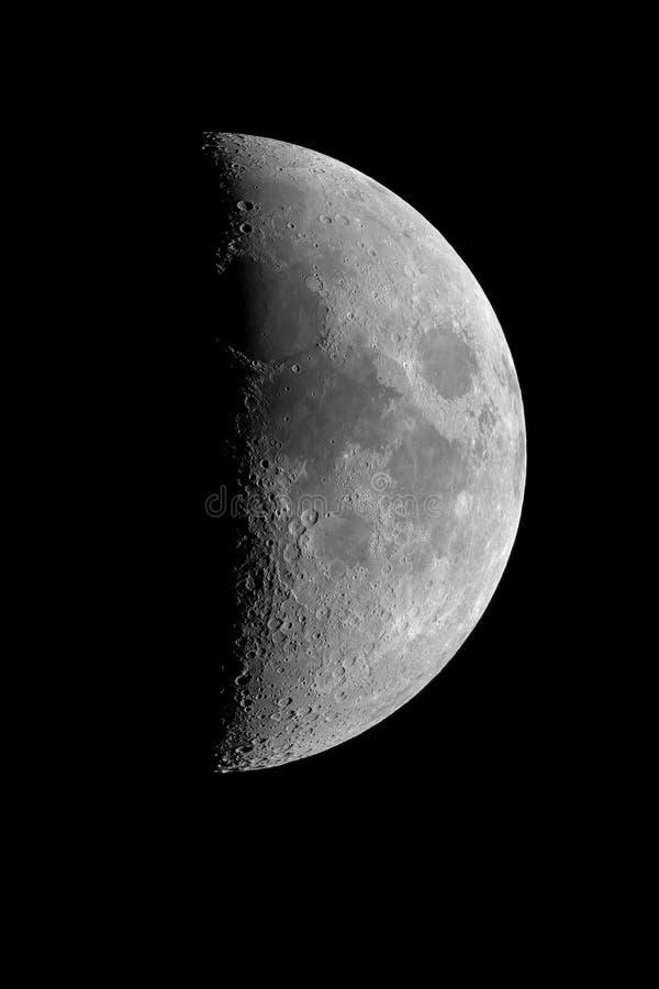 första moon nära fjärdedel arkivfoto