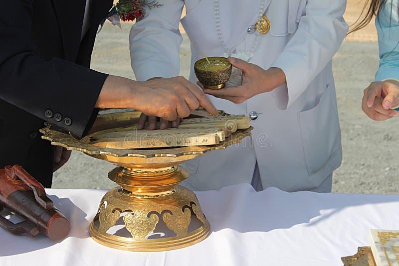 Första pelarinstallation av fundamentceremoni på Thailand royaltyfri foto