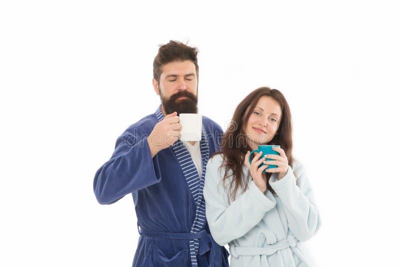 Första smutt i morgon Par kopplar av i morgon med kaffe Familjtraditionsbegrepp Lyckliga par tycker om lat morgon och arkivbild