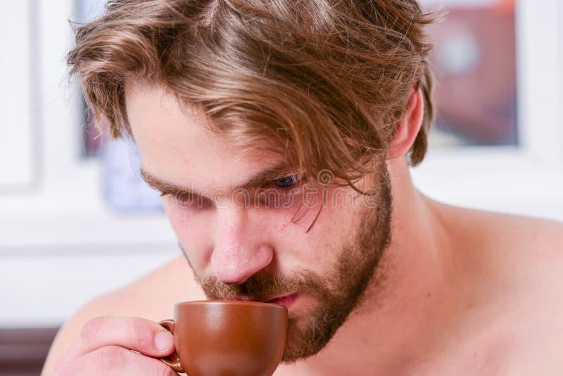 första smutt Varje morgon med hans kaffe Skäggig stilig macho hållkopp kaffe för man Bästa tid att ha din kopp av arkivfoton