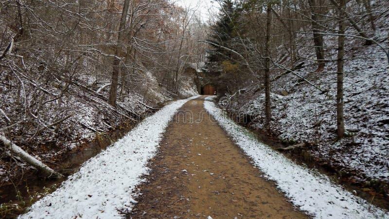 Första snö på banan till den Norwalk tunnelen arkivfoton