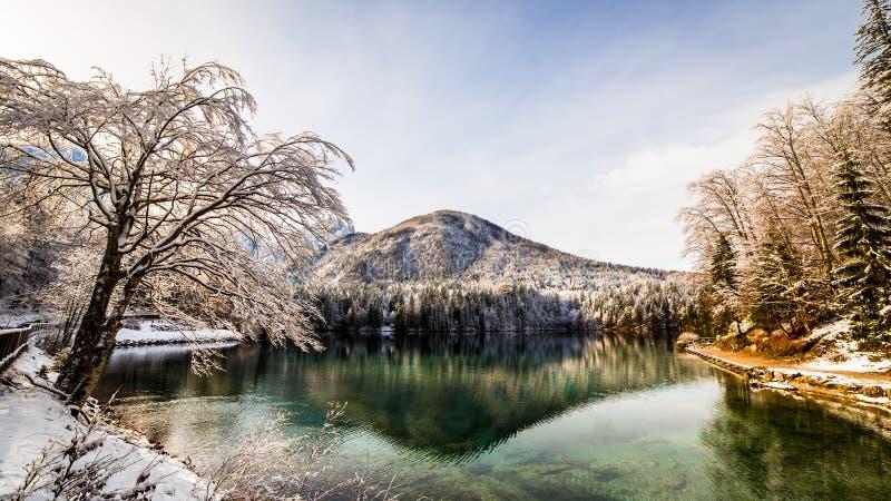 Första snö på bergsjön arkivfoton