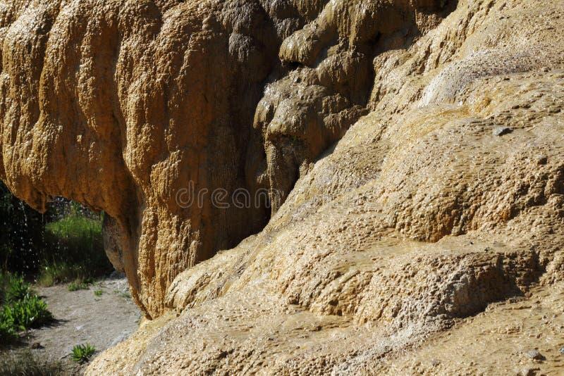 Förstenad springbrunn av den Réotier strukturen, Hautes-Alpes, Frankrike royaltyfri foto