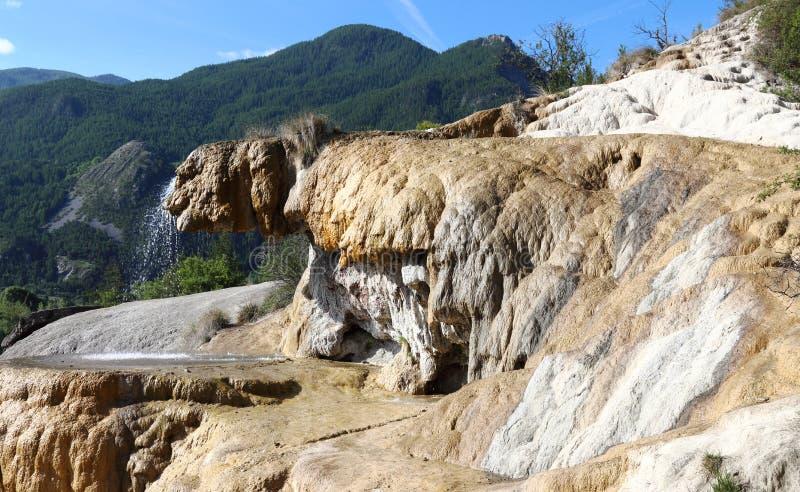 Förstenad springbrunn av Réotier i Hautesen-Alpes, Frankrike arkivfoton