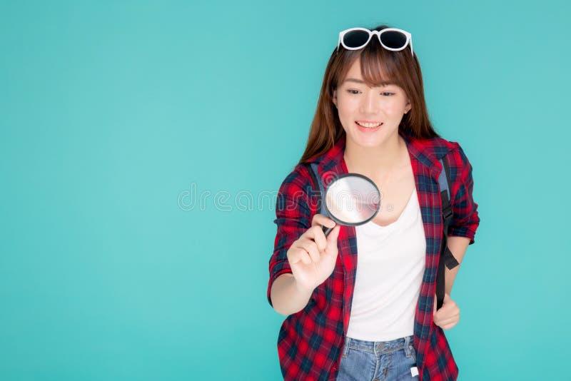 Förstorar den unga asiatiska kvinnan för den härliga ståenden som ser något med, exponeringsglas för att planera handboken för at fotografering för bildbyråer
