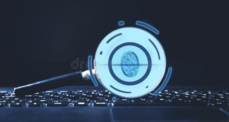 Förstorare med fingeravtryck på tangentbordet på den bärbara datorn Säkerhet för personuppgifter royaltyfria bilder