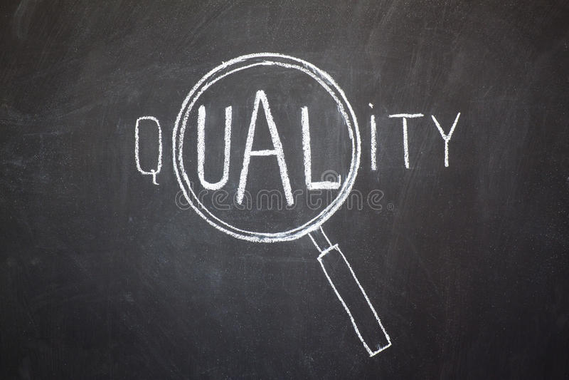 Förstoringsapparat och 'kvalitets-' ord arkivfoton