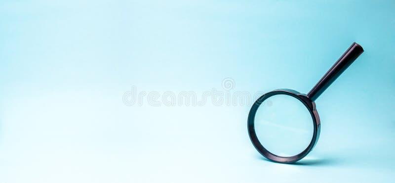 Förstoringsglas på blå bakgrund sökande och analys, analytics och studie av detaljer Godkännandet ID av fejkar royaltyfri bild