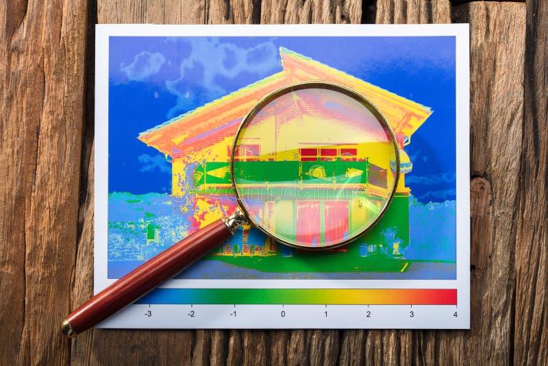 Förstoringsglas på effektivitet för värmeförlust av ett hus arkivbilder