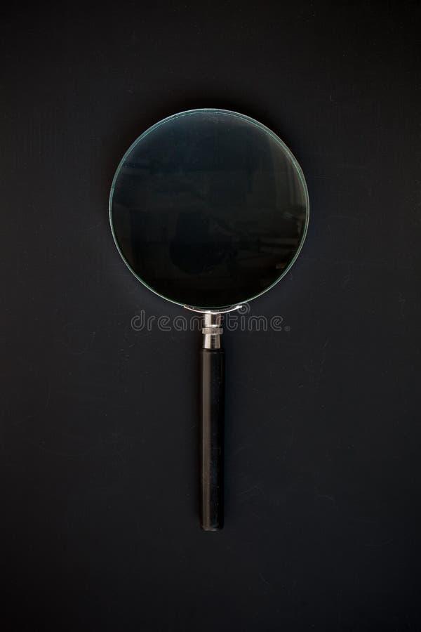 Förstoringsglas på en svart bakgrund royaltyfria bilder