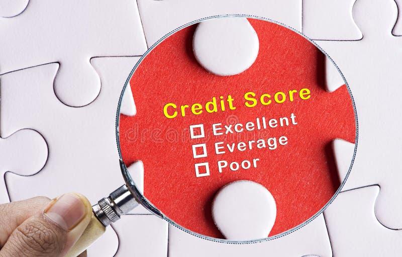 Förstoringsglas som fokuserar på okontrollerad form för utvärdering för krediteringsställning. arkivbilder