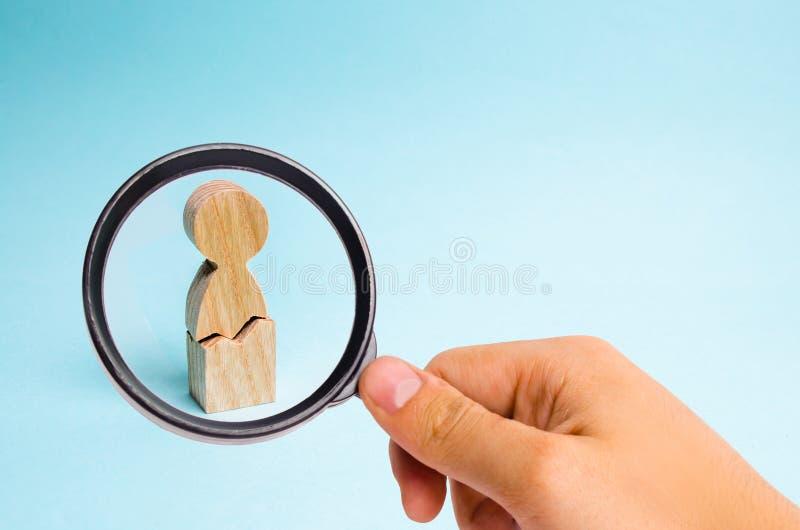 Förstoringsglaset ser den ensamma mannen med en spricka Begreppet av fysiskt och psykologiskt våld mot en person fotografering för bildbyråer