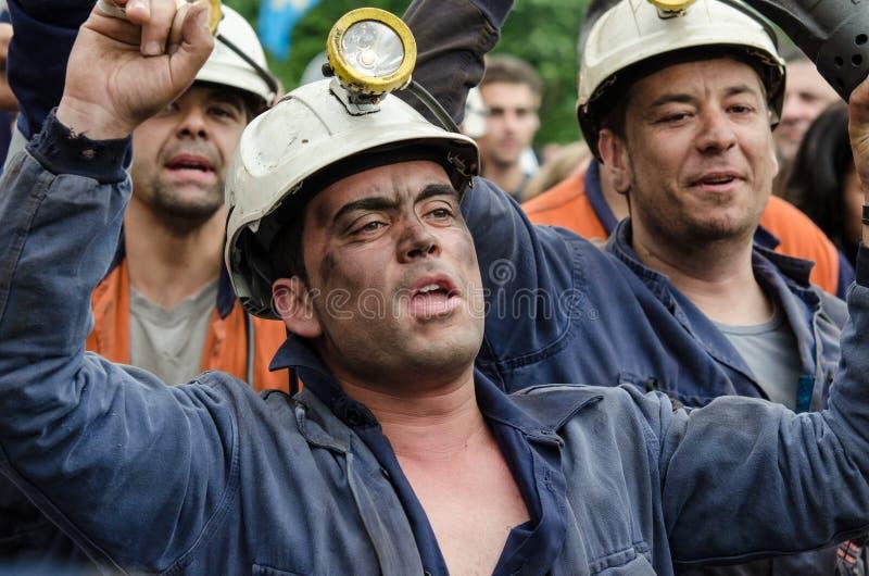 försvarlangreo samlar mass gruvarbetare royaltyfria bilder