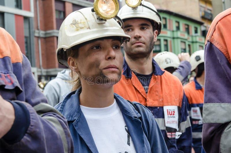 försvarlangreo samlar mass gruvarbetare arkivfoton