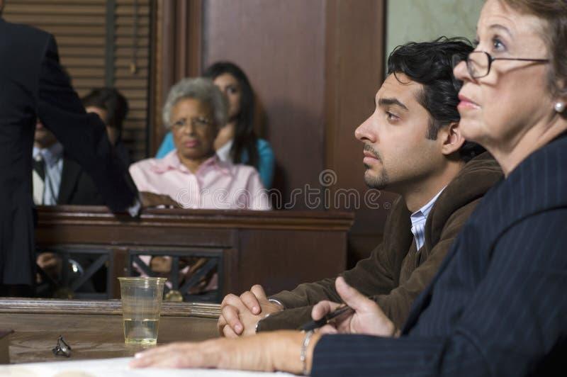 FörsvarsadvokatWith Client In domstol royaltyfri foto