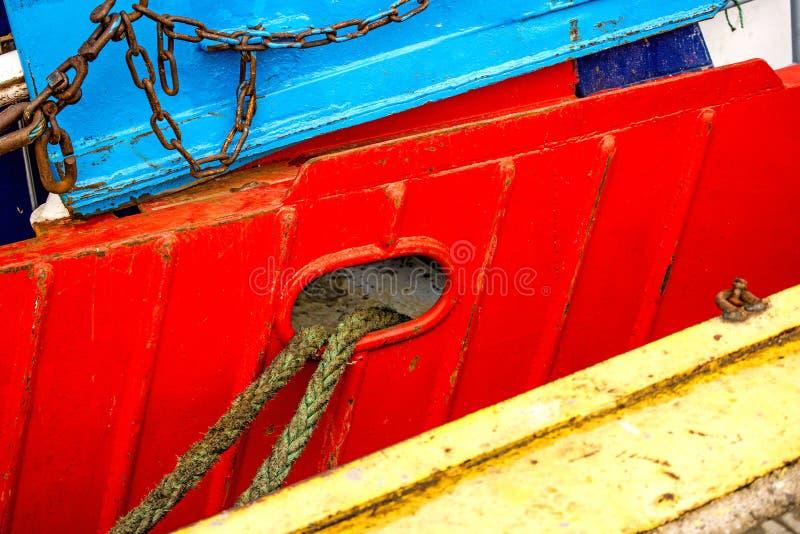 Förtöja linje av en trålare på en röd skeppskrov royaltyfria bilder