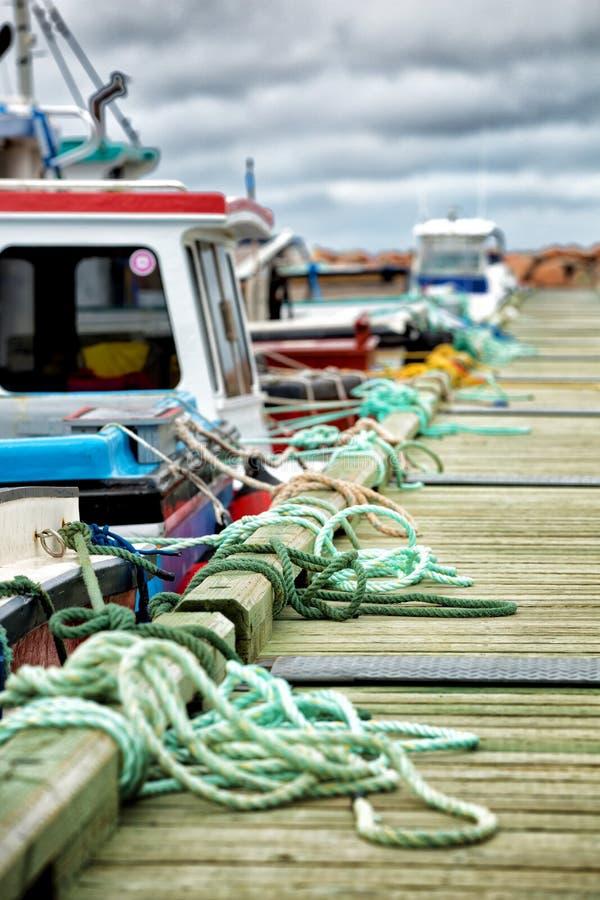 Förtöja repet längs en brygga royaltyfria foton