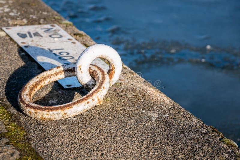 Förtöja rong på en kaj längs en kanal arkivfoto