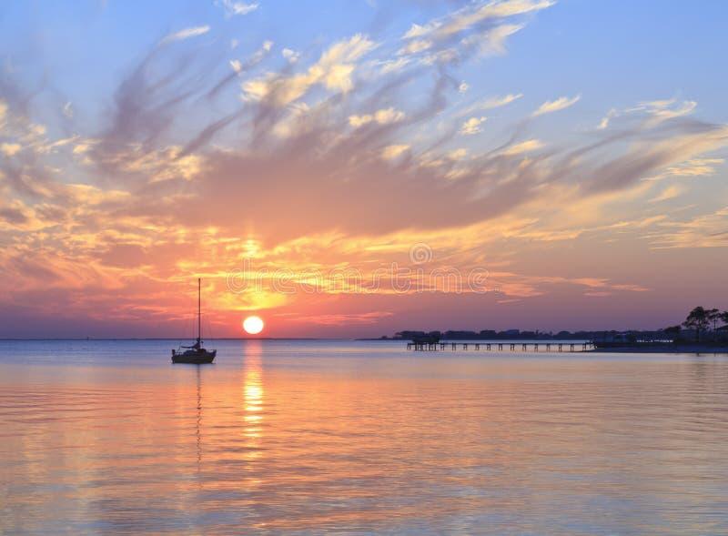 förtöja solnedgång fotografering för bildbyråer